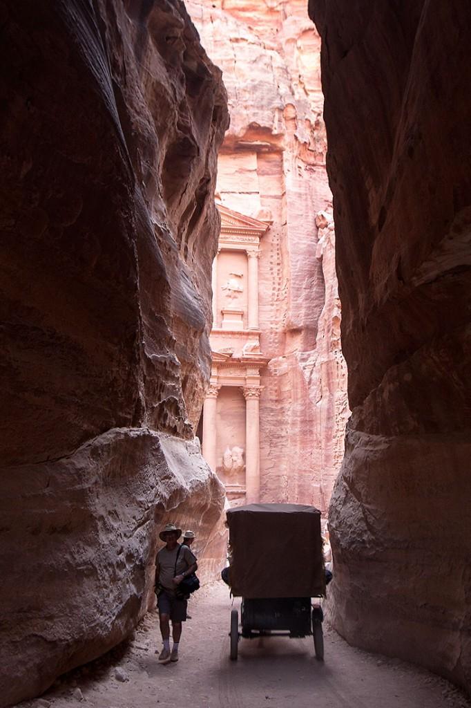 Homem e tuk-tuk no desfiladeiro Siq junto ao Tesouro em Petra.