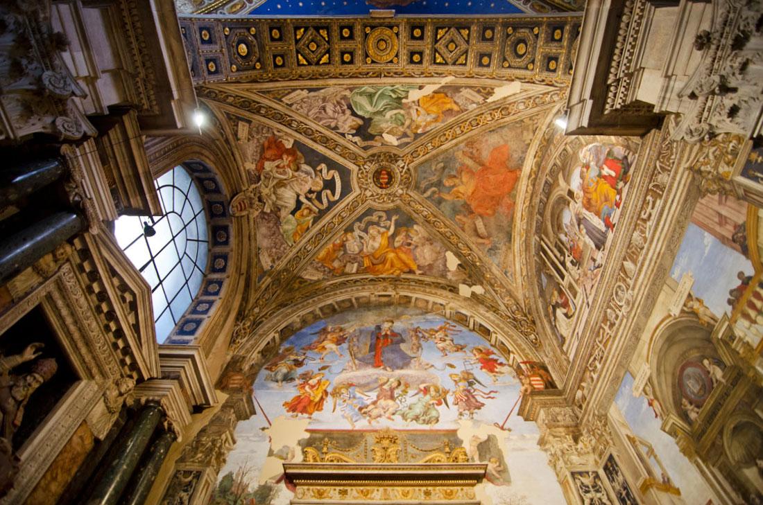 Tecto com frescos sobre o altar da igreja de Santa Maria Sopra Minerva em Roma.