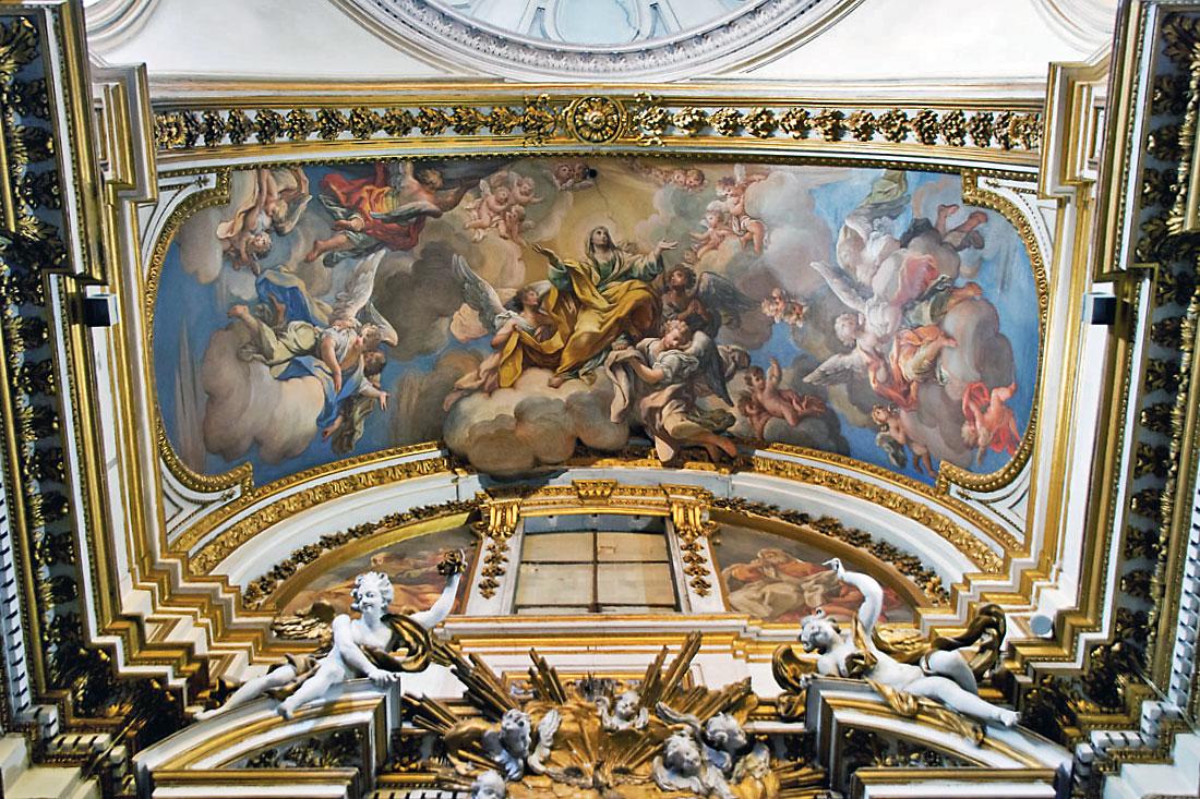 Fresco e decorações com dourados no tecto sobre o altar da Igreja de São Paulo na Regra, em Roma.