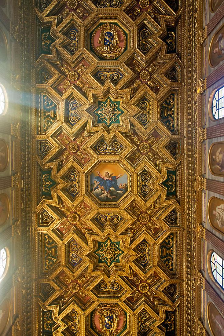 Tecto dourado sobre a nave central da basílica de Santa Maria em Trastevere, Roma.