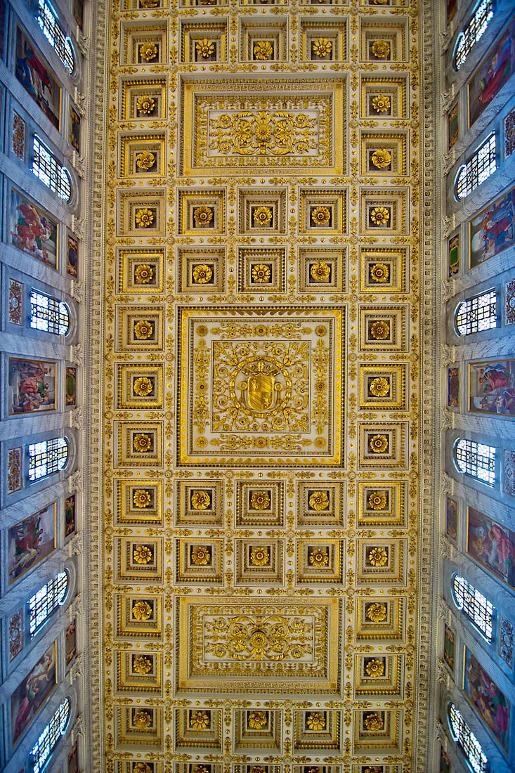Tecto com nichos trabalhados, em dourado, sobre a nave central da basílica de São Paulo Fora de Muros em Roma.