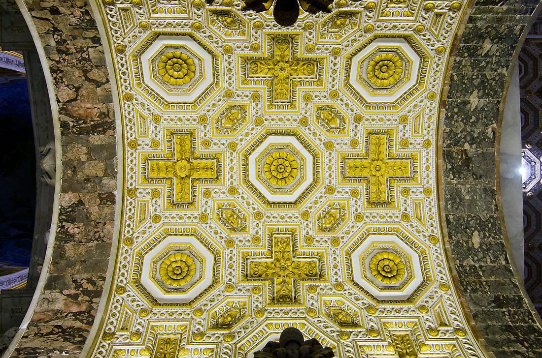 Tecto da basílica de São Pedro em Roma.