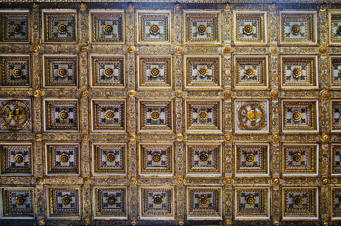 Tecto com nichos dourados sobre a nave central da basílica de Santa Maria Maior em Roma.