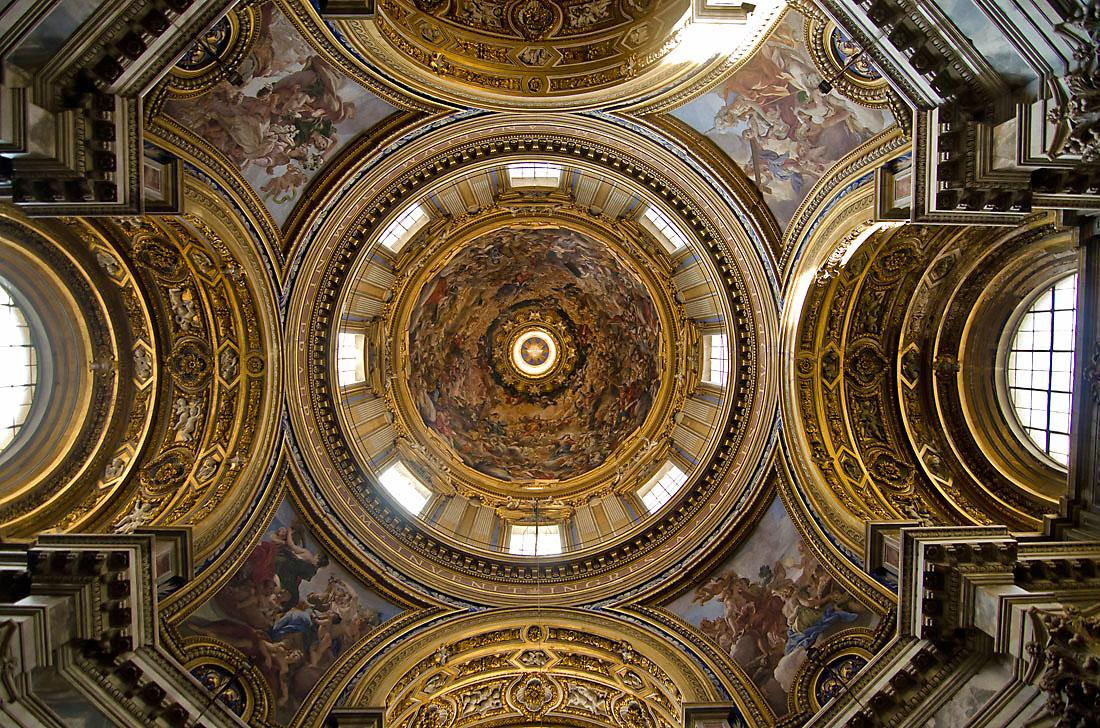 Tecto e interior da cúpula central da igreja de Sant'Agnese em Agonia, Roma.