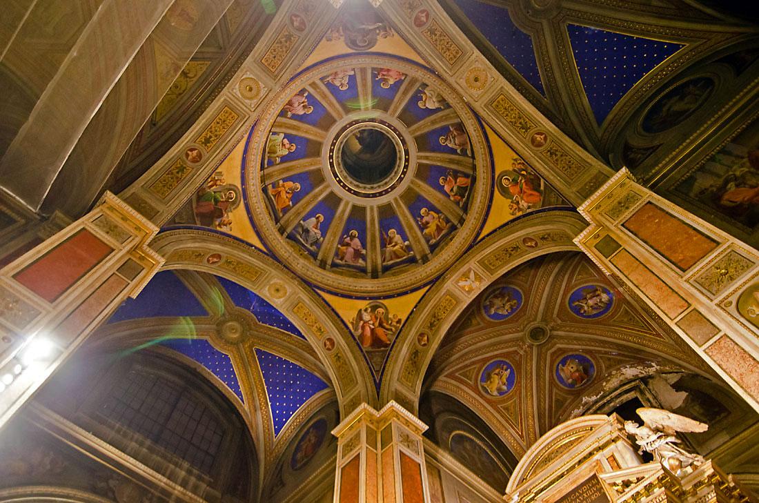 Colunas e tecno com frescos na Igreja de Santo Agostinho em Roma.