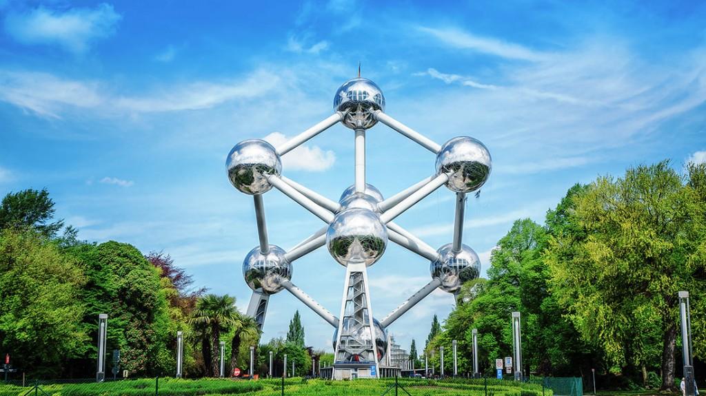 Atomium nos jardins do parque de Heysel em Bruxelas.