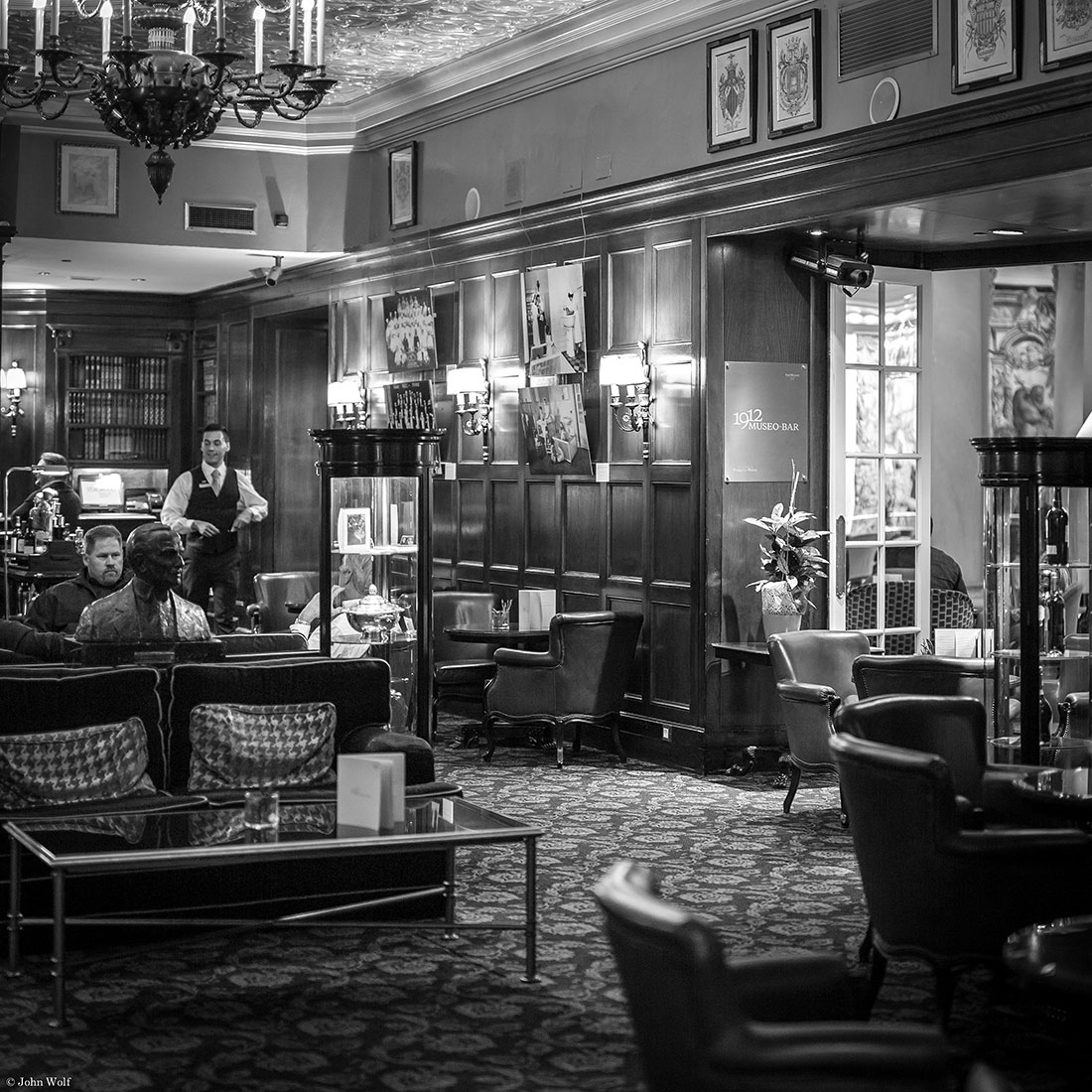 Bar decorado com um estilo britânico no Westin Palace Hotel de Madrid.