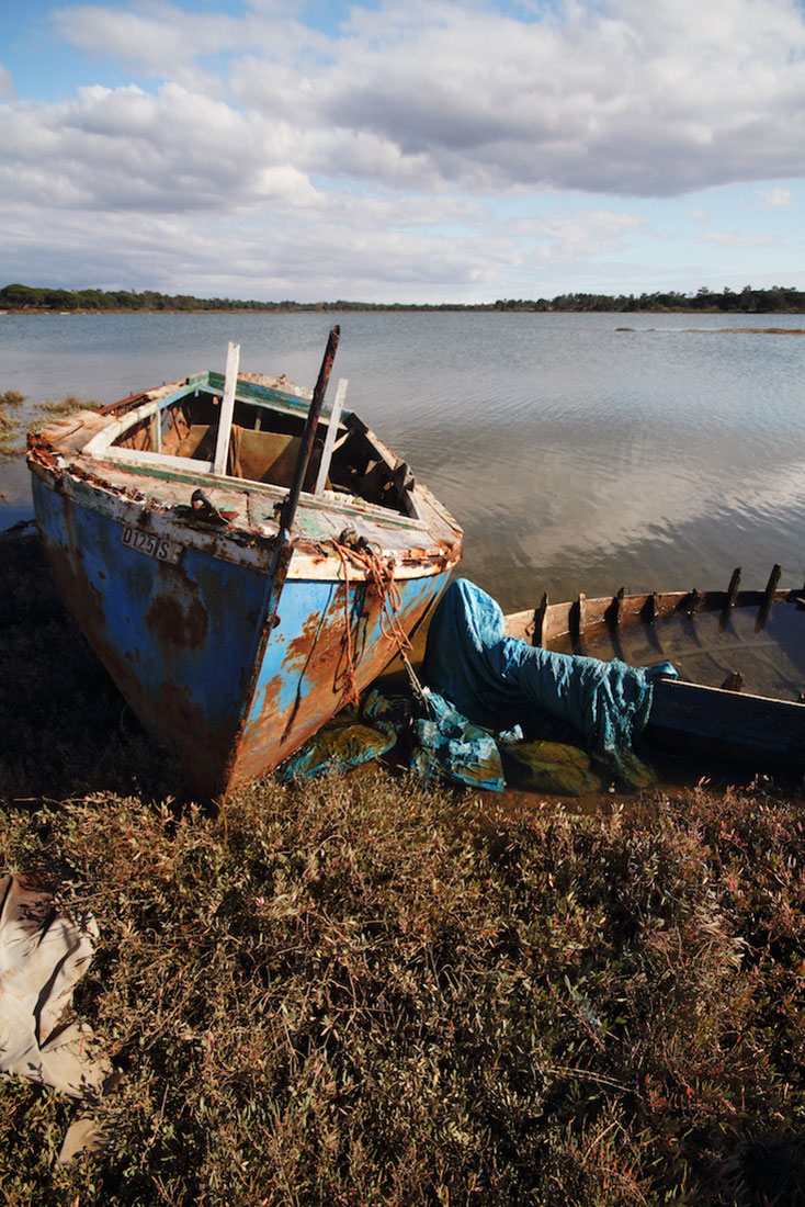 Barco abandonado, já enferrujado, numa das praias do Rio Sado junto à Carrasqueira.