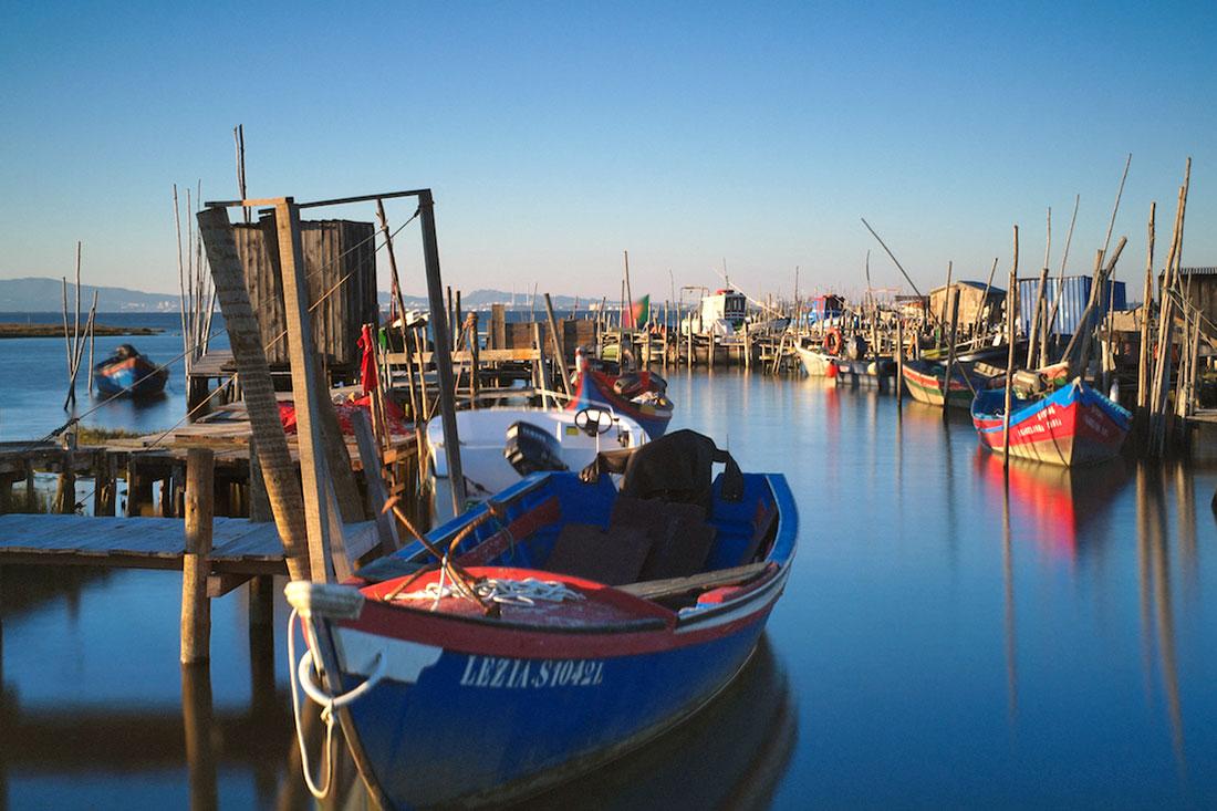 Barcos atracados às estacas do Cais Palafítico da Carrasqueira.
