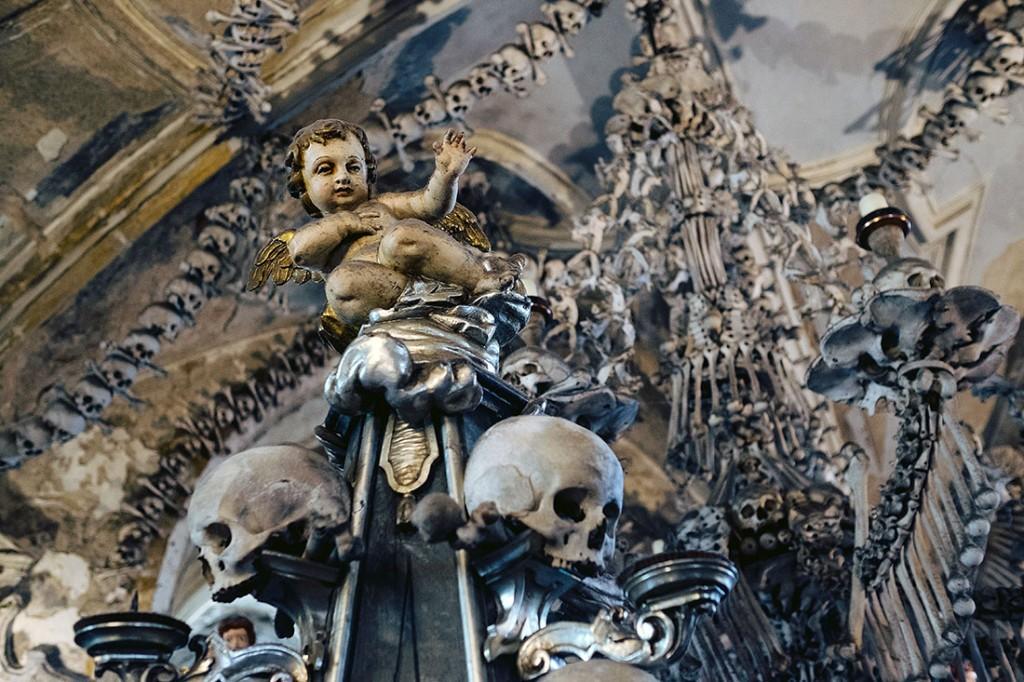 Crânios, ossos e escultura de um anjo no Ossuário de Sedlec em Kutná Hora.