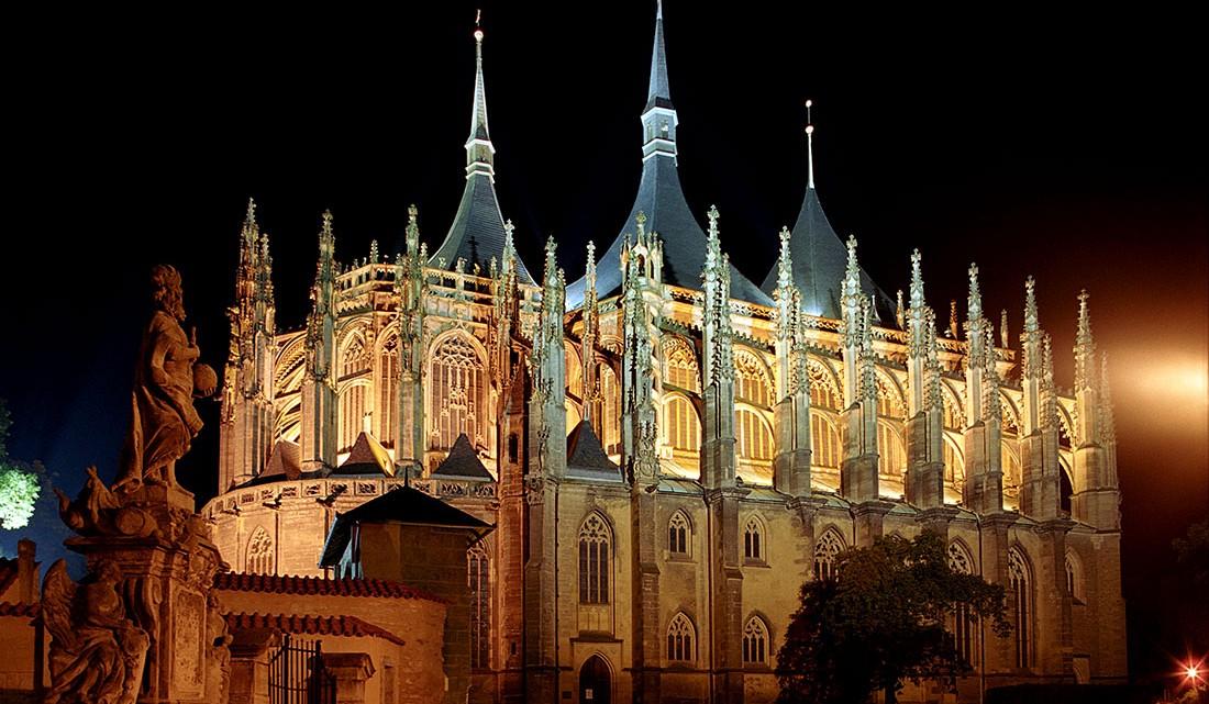 Catedral de Santa Bárbara durante a noite em Kutná Hora.