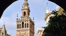 Giralda de Sevilha vista desde um arco junto à catedral.