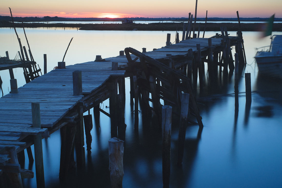 Um dos muitos pontões artesanais do cais palafítico da Carrasqueira ao pôr-do-sol.