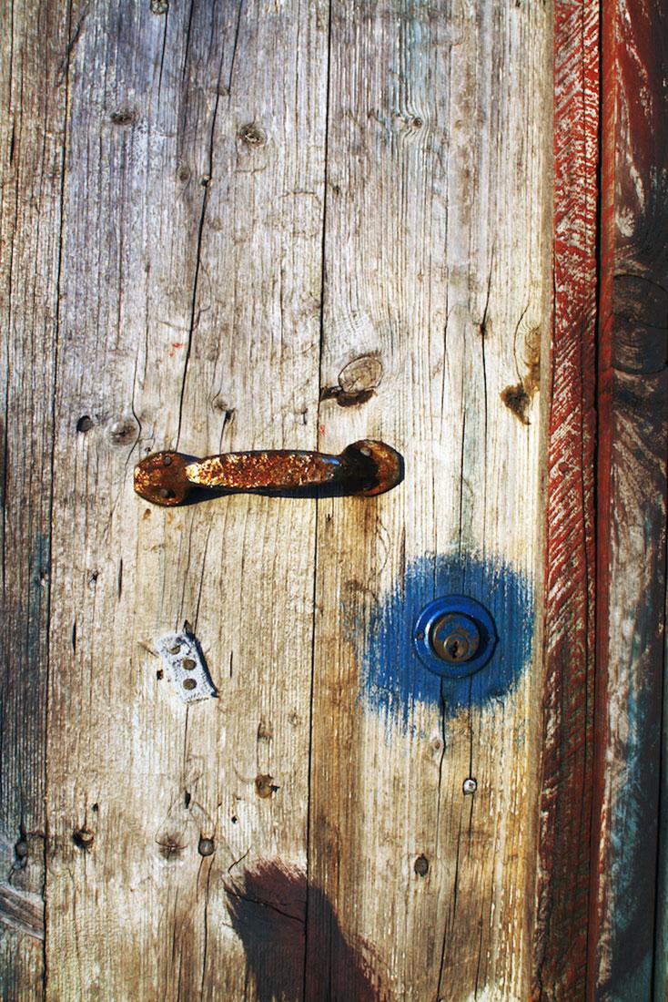 Porta de um armazém em madeira no cais palafítico da Carrasqueira.