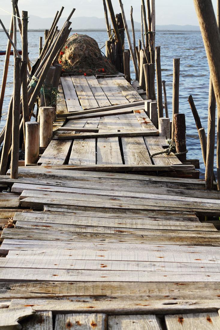 Redes de pesca no fim de um pontão em madeira do cais palafítico da Carrasqueira.