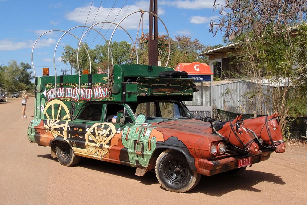 Viatura pickup transformada numa carroça do velho oeste com duas cabeças de cavalo na dianteira.