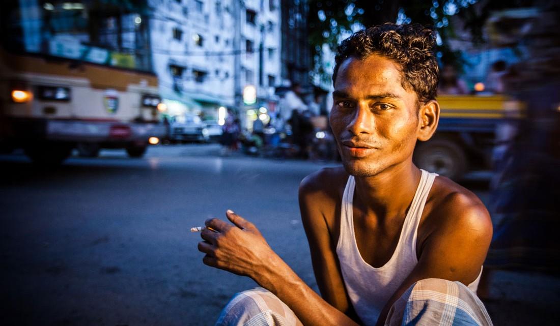 Birmanês vendedor de comida de rua na cidade de Yangon.
