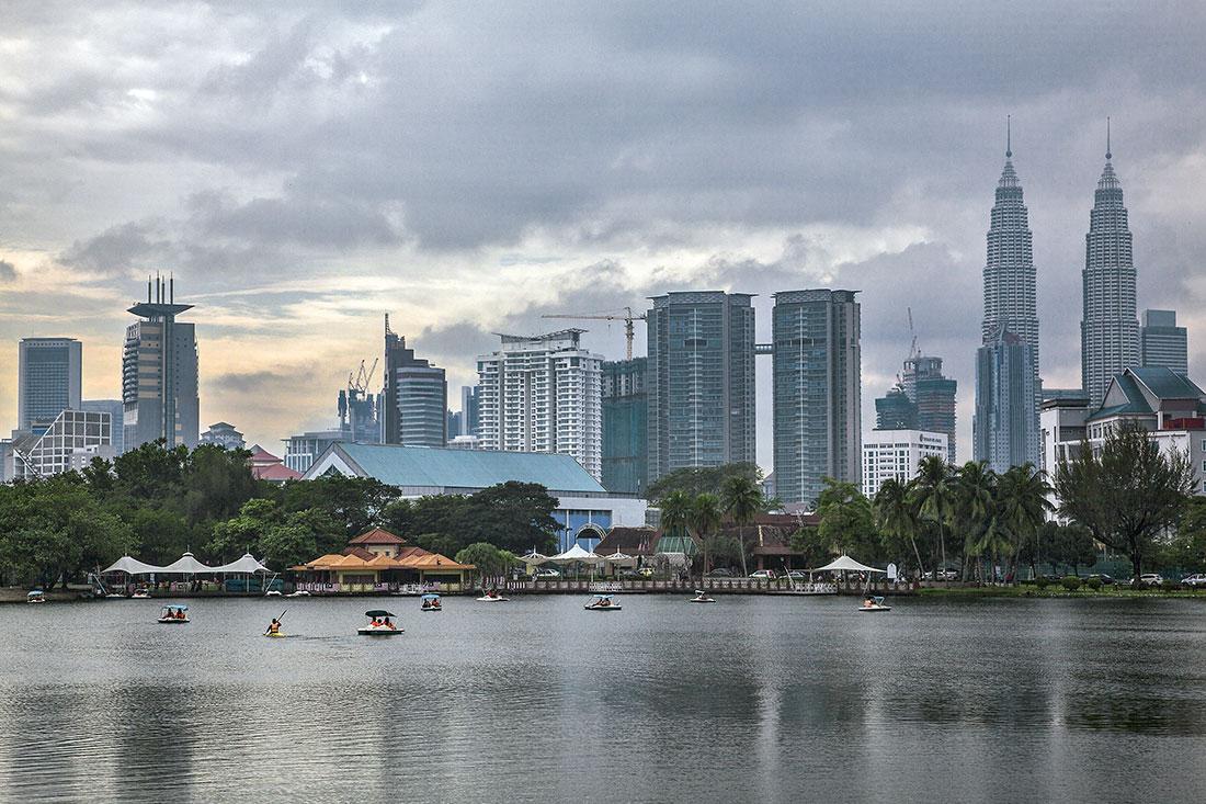 Lago na cidade de Kuala Lumpur, com torres de petronas ao fundo.