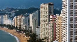 Construções e grandes edifícios juntos praias e baia de Acapulco no México.