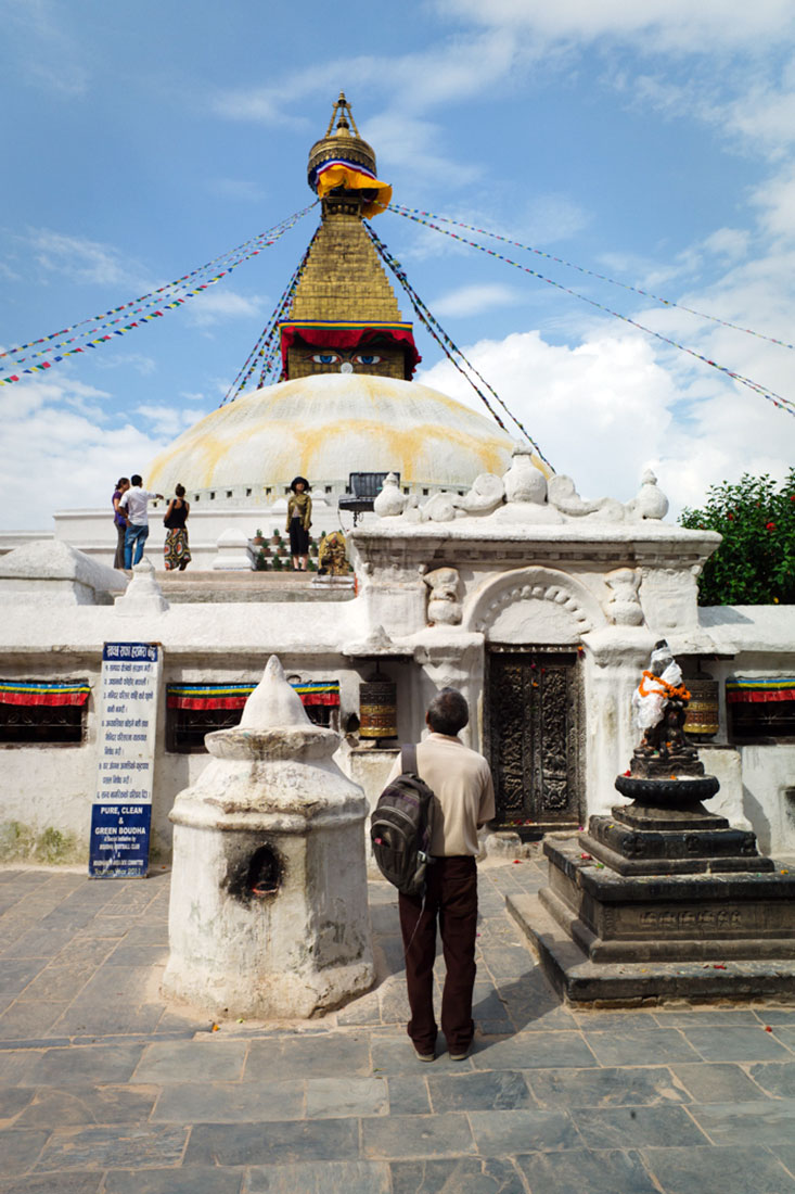 Homem a orar na Boudhanath Stupa em Kathmandu.