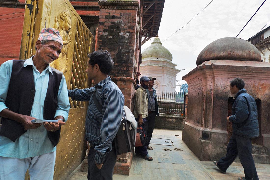 Vários homens num templo budista de Kathmandu.