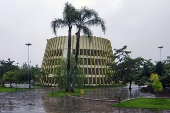 Chuva a cair na praça de Bento Gonçalves onde está instalada uma igreja católica em formato de tonel de vinho.