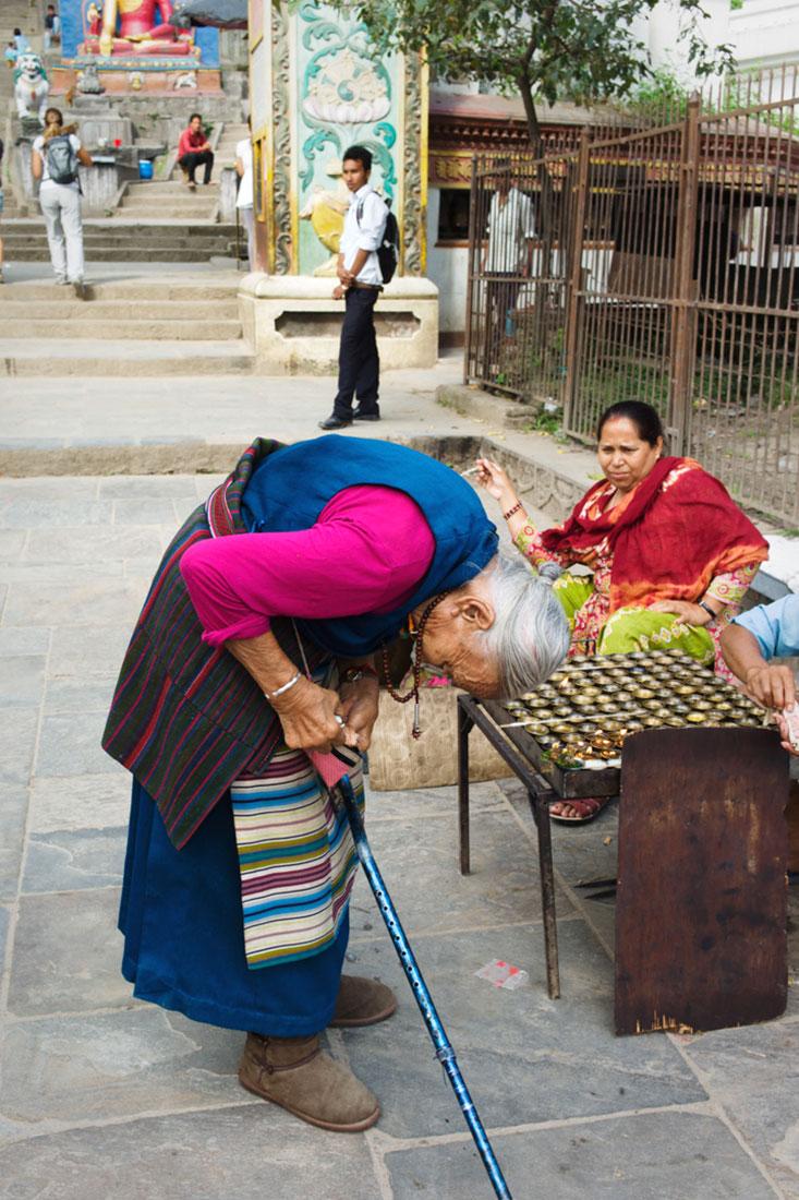 Mulher faz oferendas num dos altares espalhados pela cidade de Kathmandu.