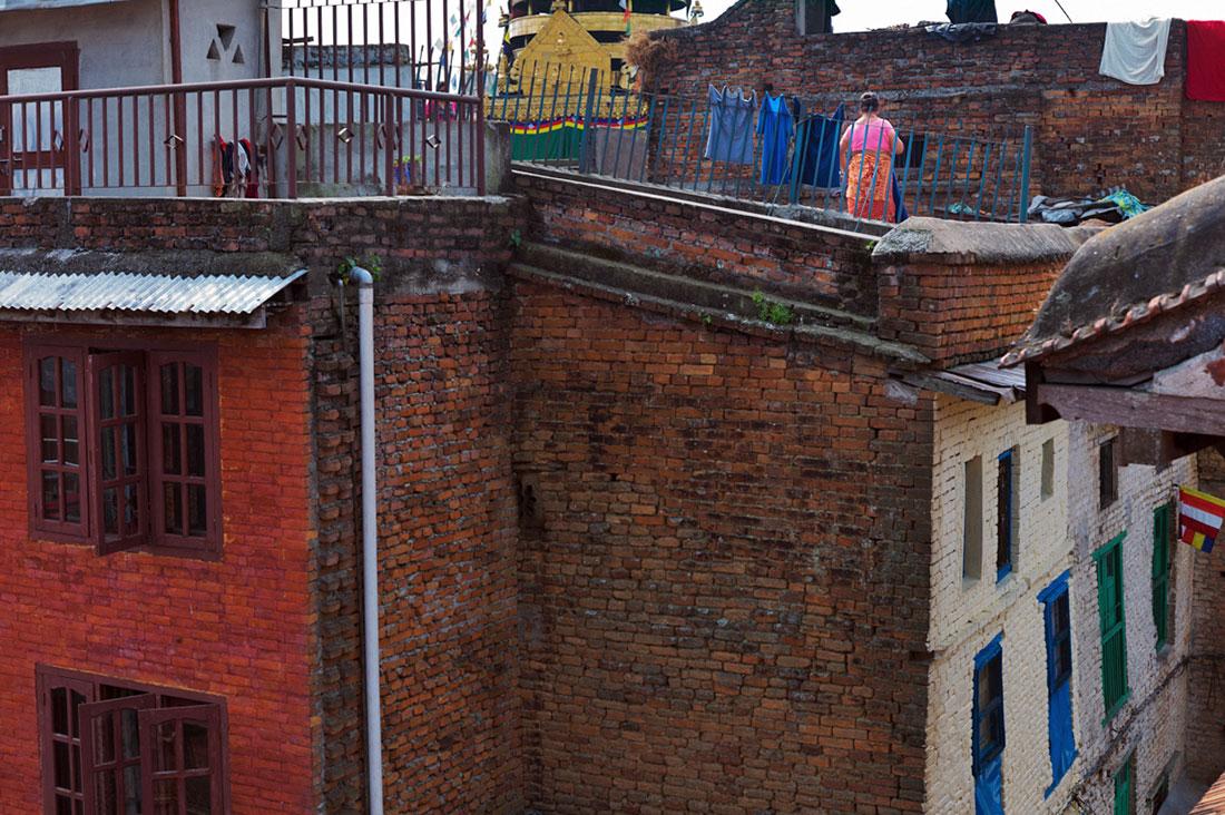 Mulher estende roupa no terraço de um dos prédios na zona histórica de Kathmandu.
