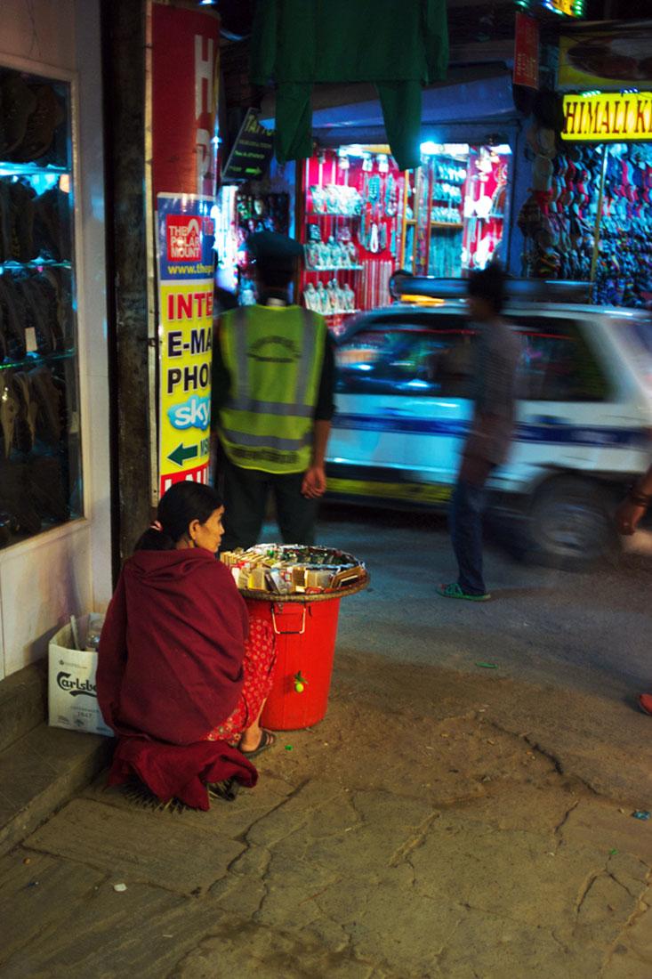 Mulher vendedora de comida numa esquina das ruas de kathmandu.
