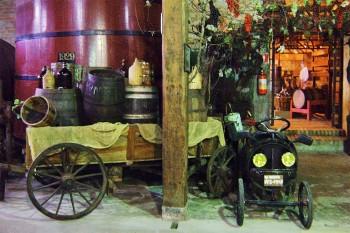 Tonel de vinho, carroça e pequeno carro antigo no museu do vinho Caxias do Sul, Brasil.