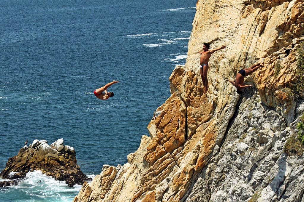 Mergulhadores saltam do penhasco La Quebrada em Acapulco.