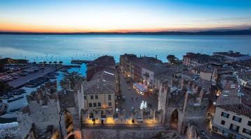 Marina e casario do centro histórico de Sirmione, com vista para o lago de Garda, não muito distante de Verona.
