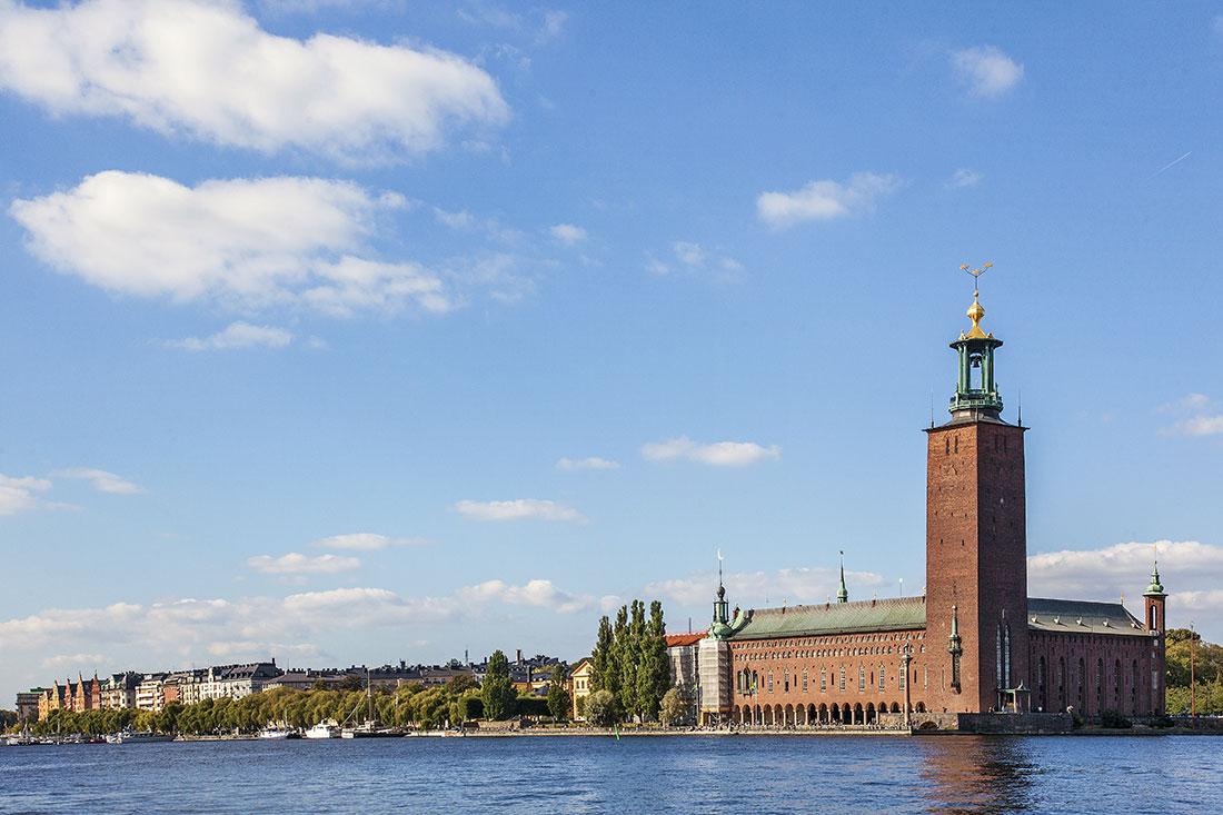 Town Hall da cidade de Estocolmo visto desde a ilha de Riddar Holmen.