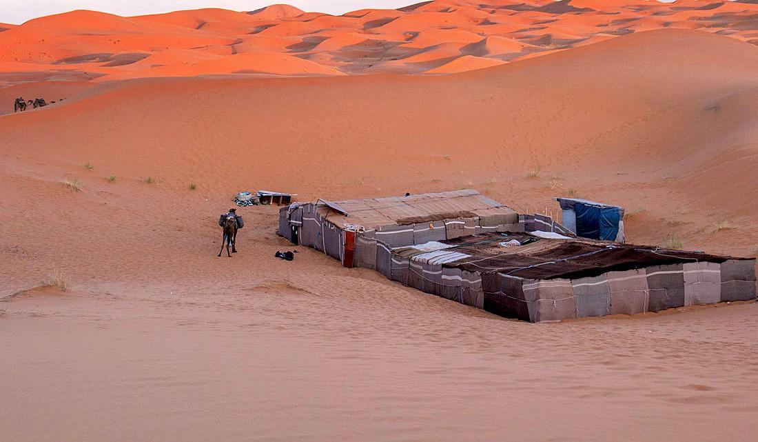 Acampamento berbere nas dunas de Erg Chebbi, em Marrocos.
