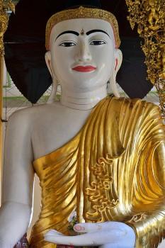 Buda dourado no pagode Shwedagon em Yangon, Myanmar.