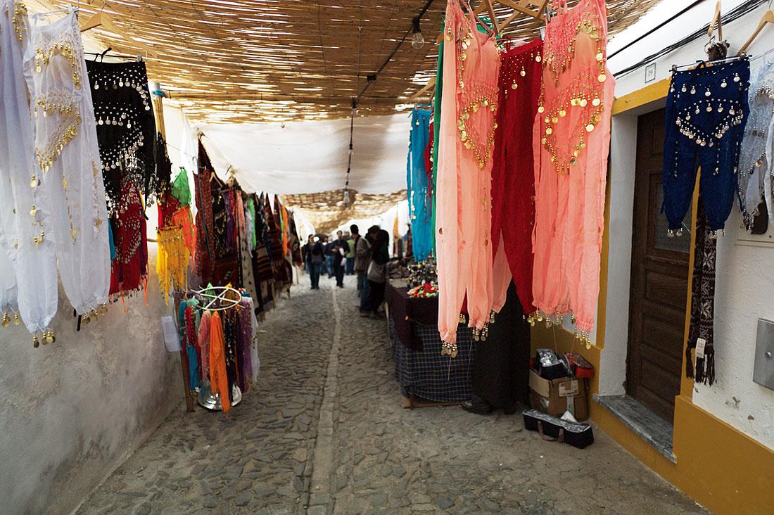 Venda de calças usadas na dança do ventre durante o Festival Islâmico de Mértola.