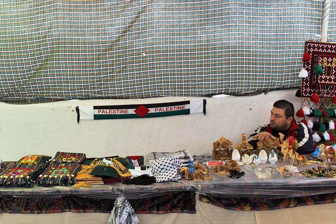Vendedor palestiniano com banca de artesanato da sua região no Festival Islâmico de Mértola.