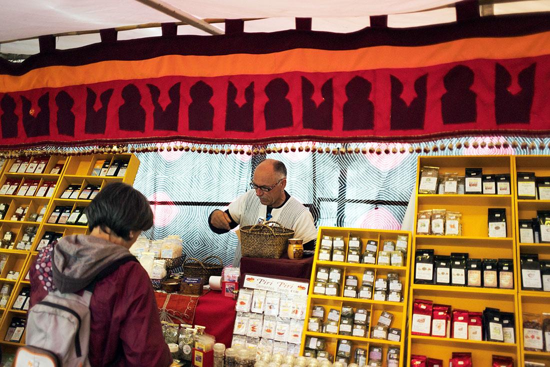 Vendedor de chás e plantas medicinais no Festival Islâmico de Mértola.