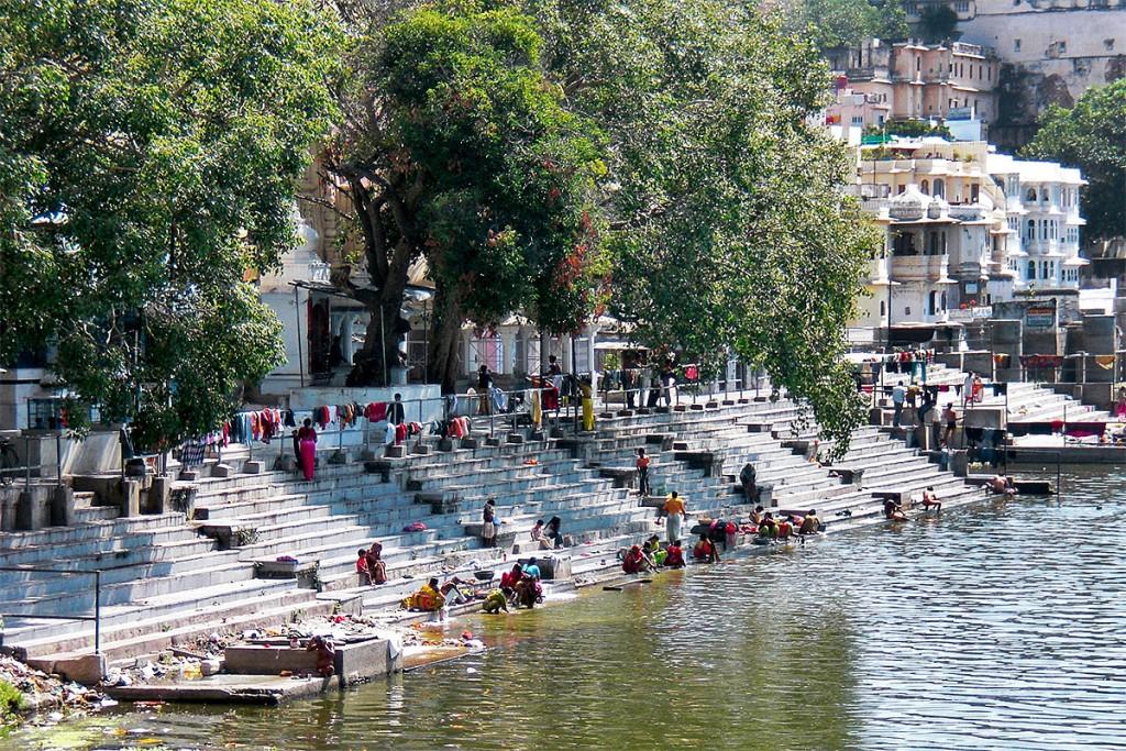 Um dos muitos ghats nas margens do lago Pichola, em Udaipur.