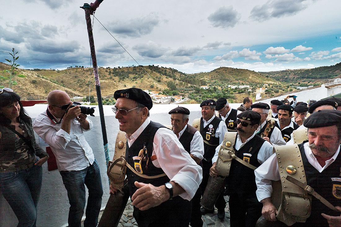 Grupo de cantares alentejanos com boina e grandes chocalhos a subir em direcção ao castelo durante o Festival Islâmico de Mértola.