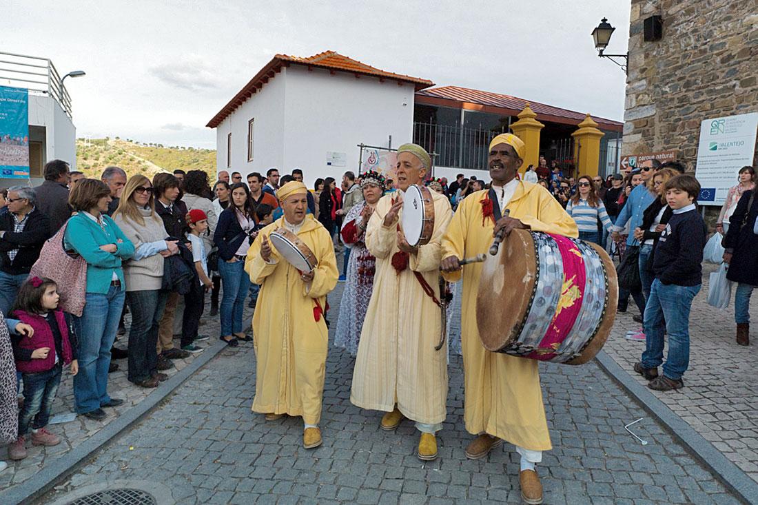 Grupo de folclore marroquino a actuar nas ruas de Mértola durante o festival islâmico.
