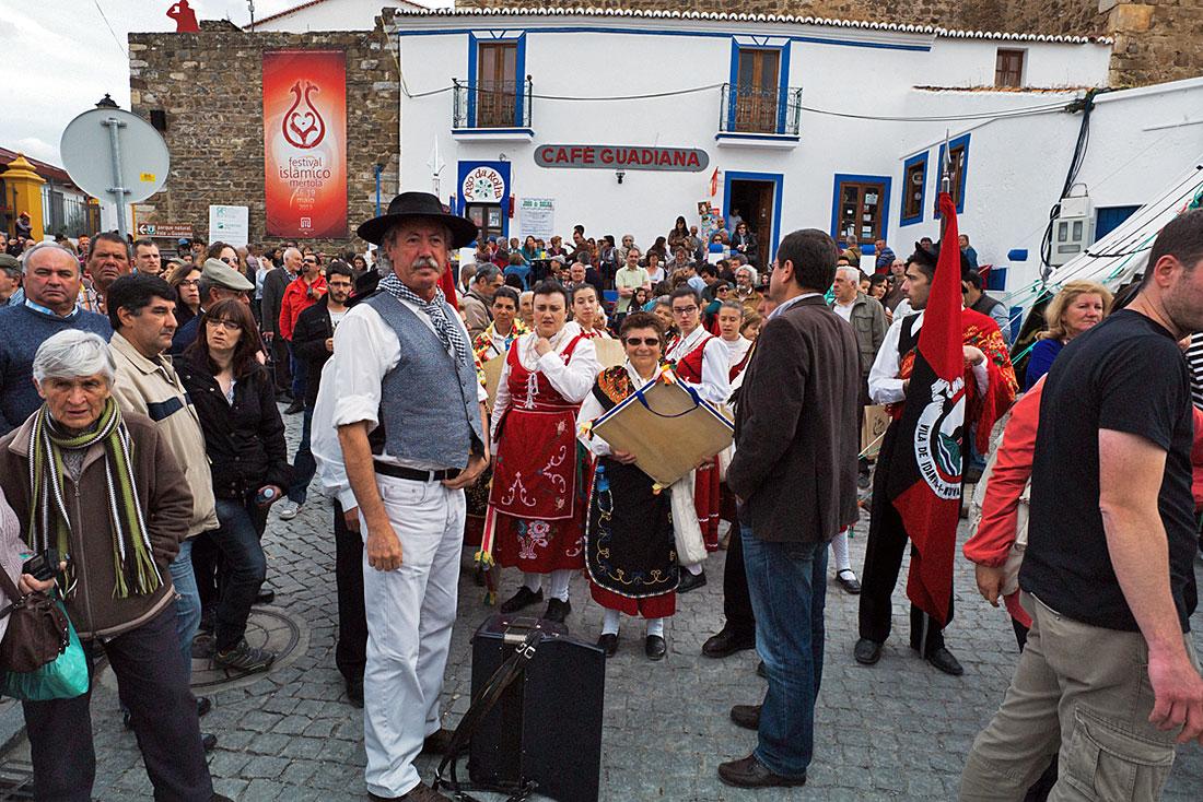 Grupo folclórico português aguarda pelo inicio da actuação no Festival Islâmico de Mértola.