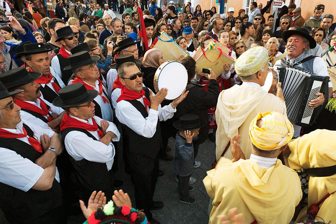Grupos de folclore português e marroquino cantam ao desafio numa festa de encerramento do Festival Islâmico de Mértola.