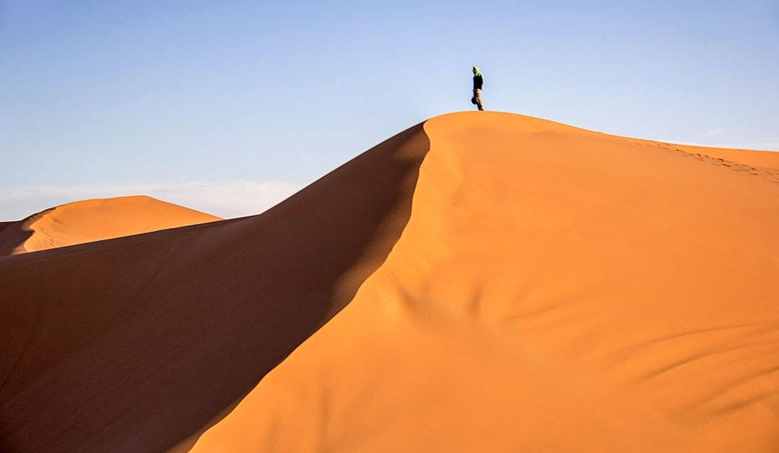 Berbere no topo de uma duna em Erg Chebbi, perto de Merzouga.