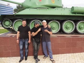 João Leitão junto a um monumento de guerra, com dois russos, em Chechnya, na Rússia.