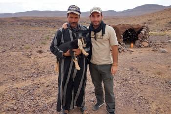 João Leitão junto um pastor com cabrito ao colo no Deserto do Saara, em Marrocos.