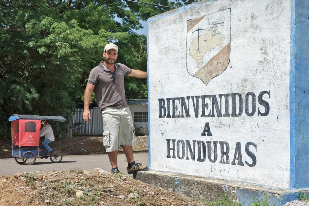 João Leitão junto ao muro que assinala a fronteira com as Honduras.