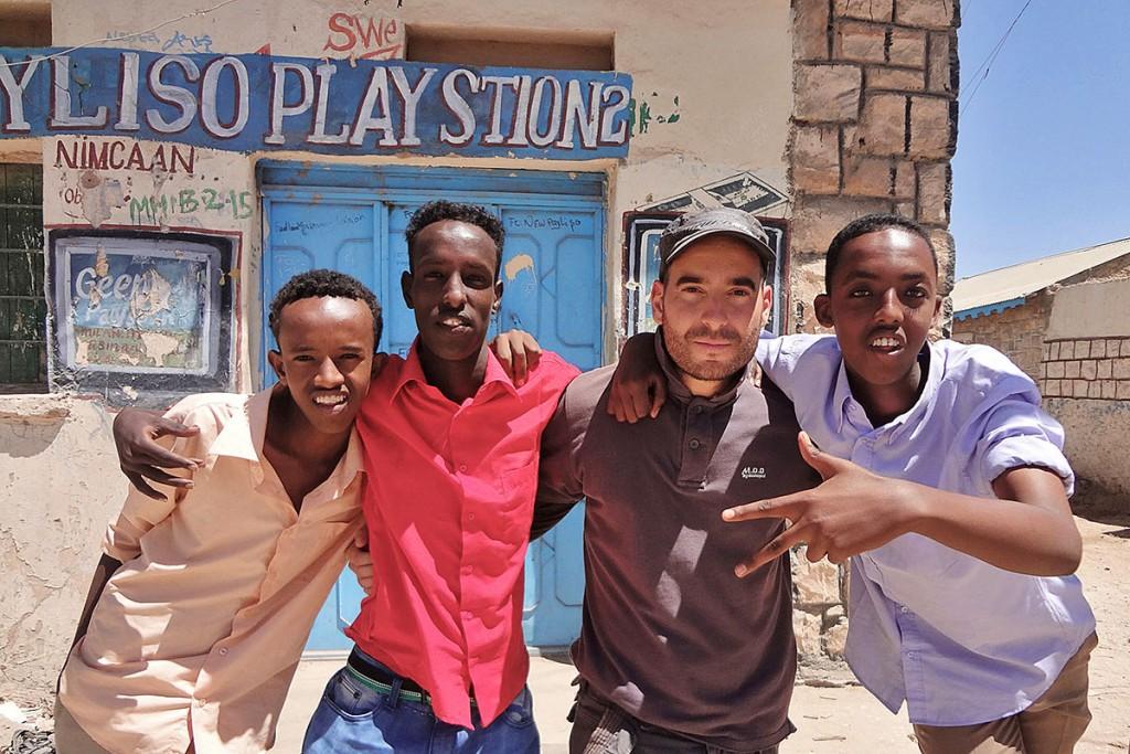 João Leitão com um grupo de três jovens frente a uma loja de Hargeisa, na Somália.