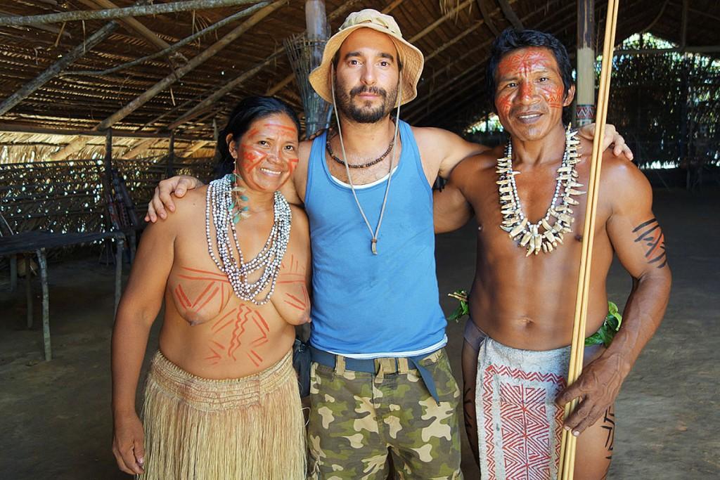 João Leitão com um casal de índio na Amazónia, no Brasil.