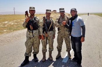 João Leitão com um grupo de militares numa estada do Afeganistão.